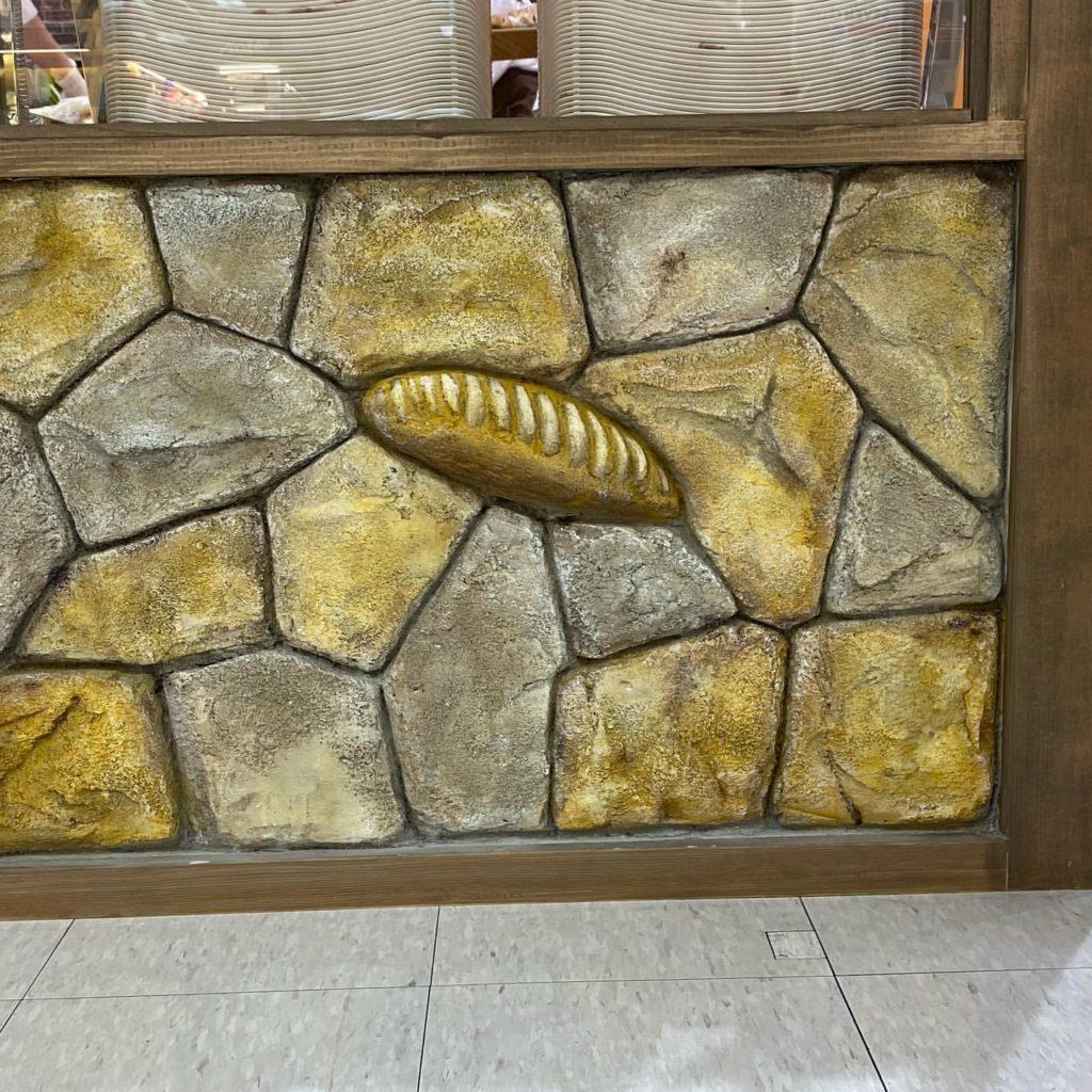 パン屋さんの陳列棚にモルタル造形