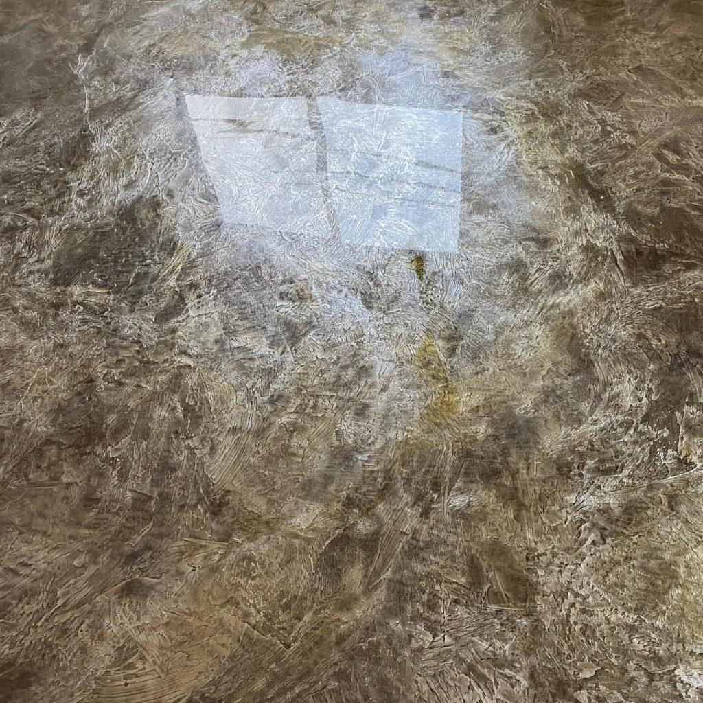 床にエコポキシー流してます。